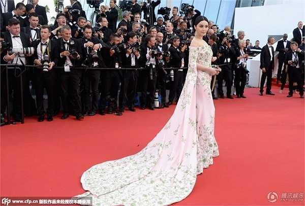 Đến Cannes năm nay, Phạm Băng Băng chọn cho mình bộ váy có đuôi dài quét đất, làm toát lên thần thái của một nữ thần châu Á trên thảm đỏ. Chiếc váy này có giá tới 3,4 tỷ VND, được hoàn thành trong vòng 1.000 giờ đồng hồ.