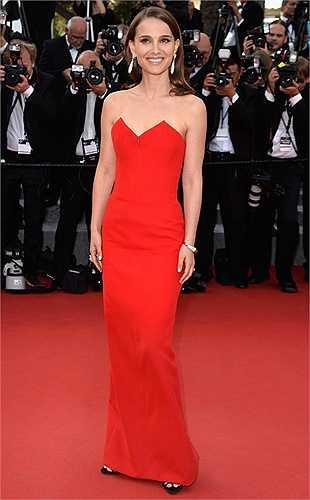 Thiên nga nước Úc Natalie Portman nổi bật trong bộ váy đỏ trong bộ sưu tập La Tete Haute cao cấp của Dior.