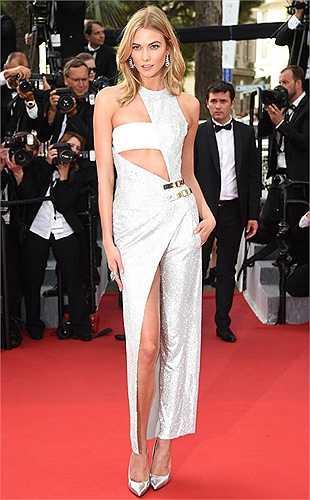 Cựu thiên thần Victoria's Secret Karlie Kloss trong bộ trang phục đụng hàng với Jennifer Lopez đã mặc trước đó. (Nguồn: Dân Việt)