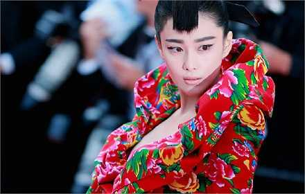 Trong khi đó, người đẹp Trương Hinh Dư cũng gây chú ý không kém với chiếc váy được ví như 'chăn con công'.