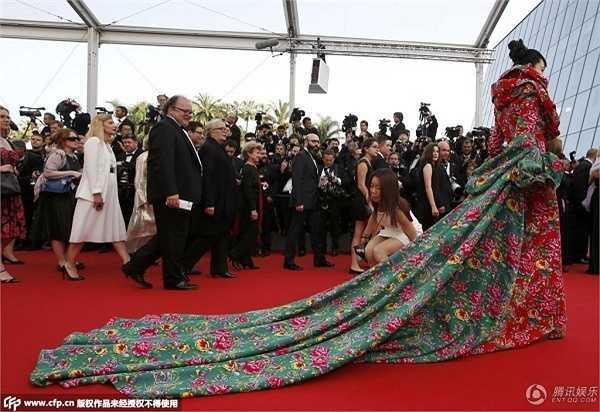 Theo truyền thông Trung Quốc, chiếc váy của Trương Hinh Dư được thiết kế cầu kỳ nhưng trông... quê mùa.
