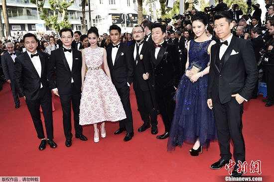 Cô cùng các đồng nghiệp Trung Quốc hào hứng đến ngày hội điện ảnh. Tại LHP danh giá này, những ngôi sao được mời đến dự đều là những diễn viên và người nổi tiếng trên khắp thế giới.