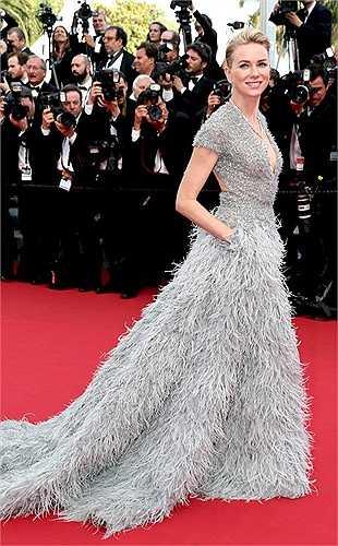 Để chứng tỏ đẳng cấp của mình, những nữ diễn viên đều chọn cho mình những bộ cánh sa hoa, đẳng cấp của các thương hiệu lớn. Trong ảnh, nữ diễn viên Naomi Watts rạng ngời trong bộ váy áo xa hoa của thương hiệu Elie Saab.