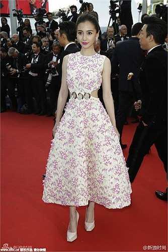 Angelababy diện một mẫu đầm tinh tế của Christian Dior.