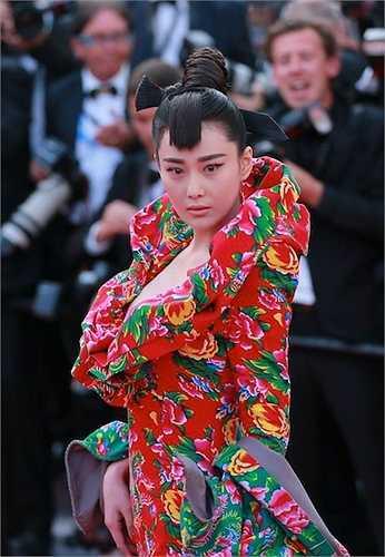 Thấy được sức mạnh truyền thông từ việc diện váy áo mang màu sắc dân tộc của họ Phạm, Trương Hinh Dư cũng bắt chước 'đàn chị'.