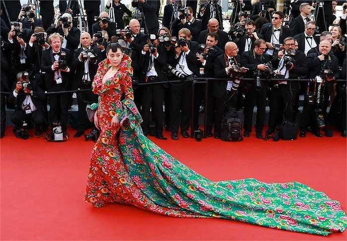 Cô diện một chiếc đầm với hoạ tiết phượng và hoa mẫu đơn đến LHP Cannes 2015.