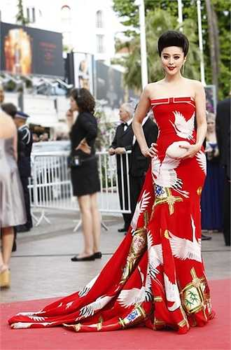 Bộ váy Thiên hạc của nhà thiết kế Lawrence Hứa tiếp tục giúp Phạm Băng Băng tỏa sáng trên thảm đỏ của LHP Cannes 2011.