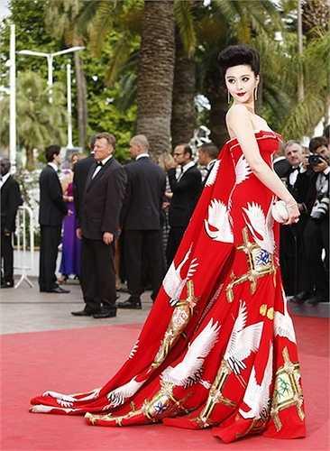 Khác với vẻ uy quyền của bộ long bào, trang phục này giúp cô có được sự thanh thoát.