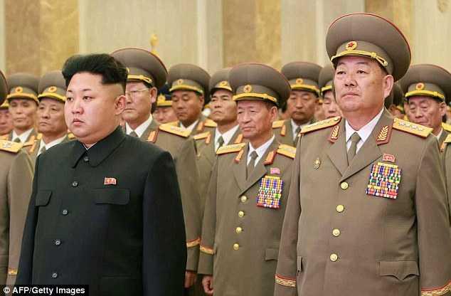 Tướng Hyon Yong Choi đứng bên cạnh Chủ tịch Kim Jong-un