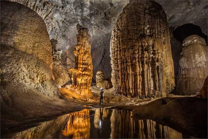 Hang Sơn Đoòng sở hữu độ dài 9km, rộng 200m và sâu 150m. Bên cạnh đó là vẻ đẹp khiến bất cứ ai cũng phải thấy choáng ngợp đến mức nín thở  của kiệt tác tạo hóa ở Việt Nam.