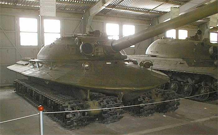 Bắt đầu chế tạo từ năm 1957 bởi nhà máy quân khí Kirov theo yêu cầu của quân đội Liên Xô, mẫu tăng này được thiết kế cực kỳ đặc biệt, với hình thù kiểu elip, vỏ xe dày bằng vật liệu chống phóng xạ khiến nó chống chịu được sóng xung kích và nhiệt năng từ một vụ nổ hạt nhân tương tự ở Hiroshima.