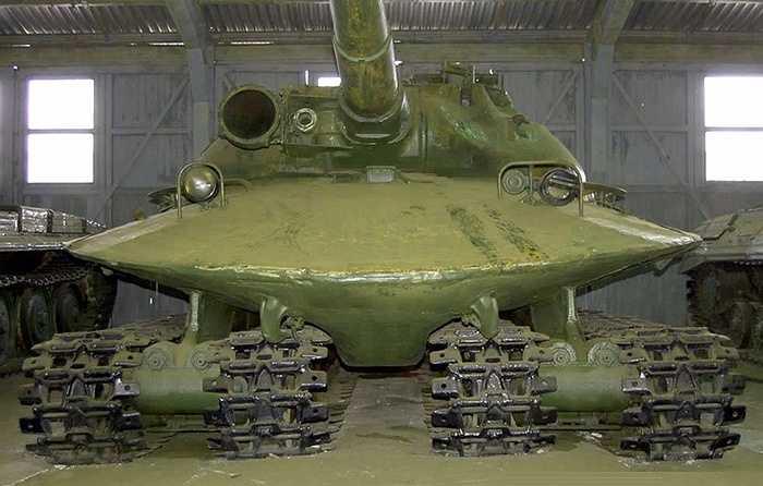 Lớp vỏ giáp bên dưới dày 192 mm, lớp giáp trên tháp pháo dày 305 mm khiến chiếc tăng thực sự là 'lô cốt biết bò', có thể chịu được mọi đạn pháo của tăng và các súng chống tăng.