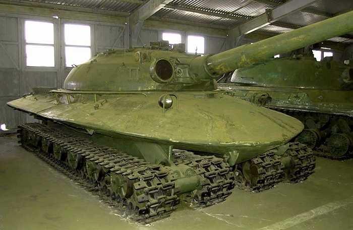 Nhưng các thành phần thú vị nhất của xe tăng, khiến nó trở nên 'độc lạ' là khung gầm 4 dãy bánh xích của nó. Khung xe được gắn trên hai dầm rỗng theo chiều dọc mà được thiết kế vai trò thùng chứa nhiên liệu.