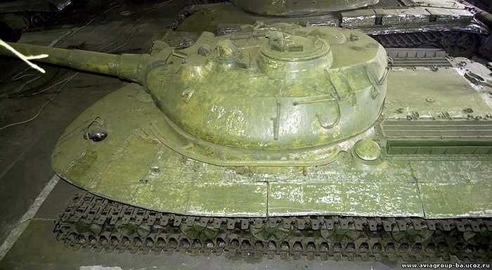 Chiếc tăng trang bị động cơ 4 thì 16 xi-lanh công suất 1000 mã lực tại 2400 vòng/phút. Hộp số của nó là loại 3 cấp. Nhược điểm của hệ thống động cơ của nó là rất phức tạp để sửa chữa vì nằm ẩn trong vỏ giáp dày.