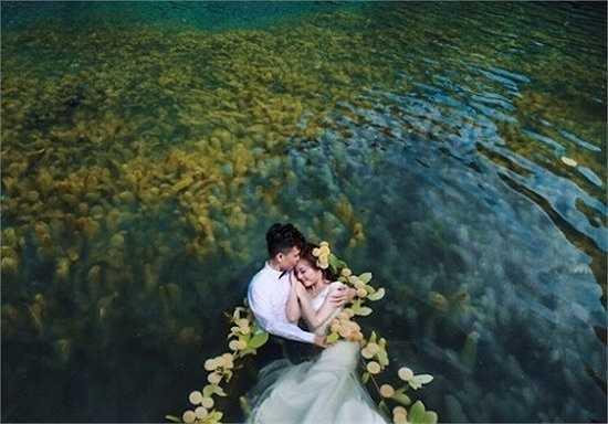 Mới đây, bộ ảnh cưới dưới nước tại khu du lịch Tràng An (Ninh Bình) do nhiếp ảnh gia Hai Lecao thực hiện gây chú ý trên mạng.