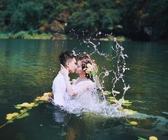 Sự hòa quyện giữa khung cảnh nguyên sơ, dòng nước xanh biếc và màu trắng tinh khôi của váy cưới đã tạo nên khoảng khắc ngọt ngào trong tình yêu.