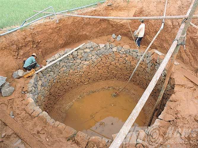 Hạn hán kéo dài khiến người dân Lý Sơn phải đào giếng 'khổng lồ'.