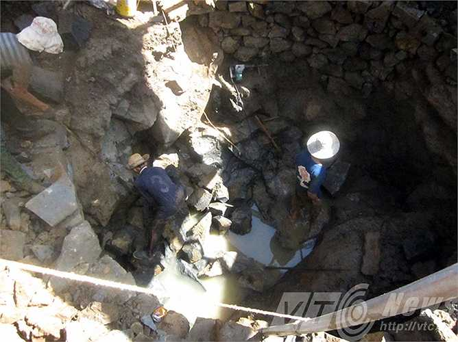 Theo người dân, để đào được một giếng đường kính 6 m, sâu 10 - 15 m thì phải mất một tháng.