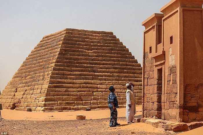 Các kim tự tháp ở đây cao từ 6-30m. Độ dốc khá lớn, chúng được xây dựng trong giai đoạn từ thế kỷ 8 TCN đến thế kỷ thứ 4 TCN