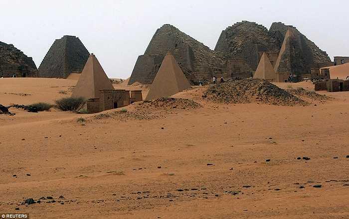 Trong quần thể này, có lăng mộ của Vua và Hoàng hậu trị vì Vương quốc Meroitic (năm 800-350 trước công nguyên)