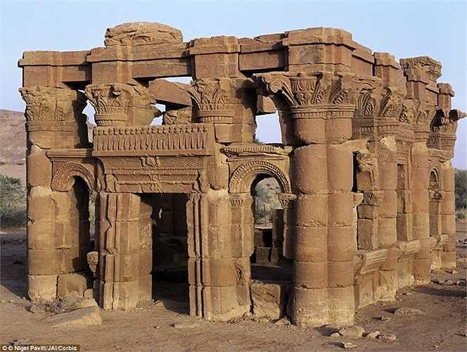 Một di tích trong khu vực sa mạc với những đường trang trí tinh tế tồn tại hàng ngàn năm nay