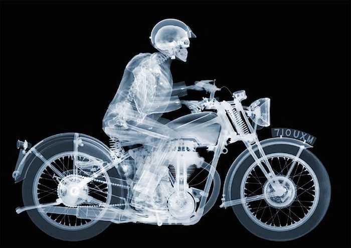 Nhiếp ảnh gia người Anh Nick Veasey dành nhiều năm để chụp các bức ảnh 'giải phẫu' phía bên trong của các đồ vật, trong đó không hiếm các phương tiện như ôtô, xe máy. Ảnh của Nick Veasey đã xuất hiện ở nhiều triển lãm khắp nước Anh trong nhiều năm qua.