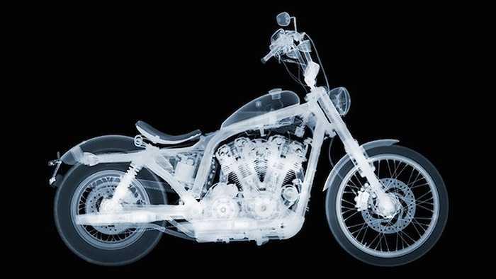 Mới đây nhất, Nick Veasey đã thực hiện một bộ ảnh thú vị về các mẫu môtô cổ điển sản xuất trong thời thế chiến thứ nhất và thứ hai.