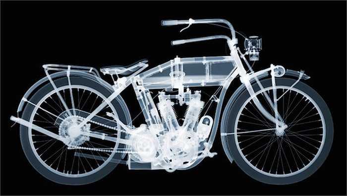 Thay vì chụp một tấm x-quang lớn cho mẫu, Veasey đã sử dụng 35-50 hình ảnh và kết hợp chúng trong phần mềm Photoshop. Anh chụp từng chi tiết, ban đầu từ bánh xe trước, động cơ, bánh xe sau và cuối cùng là yên xe và tay lái.