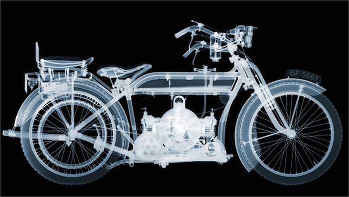 Đối với bức ảnh có hình người điều khiển xe, Veasey đặt một bộ mô hình xương người trên chiếc mô-tô. Anh đã sử dụng một bộ khuôn cao su để giữ cho bộ xương chắc chắn; sau đó là chụp x-quang quần áo và cuối cùng là dựng lại trong Photoshop.