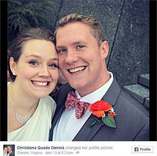 Christina và Kevin chụp lại bức hình vui vẻ trong ngày cưới của họ nhưng đột nhiên, một người bạn phát hiện có một khuôn mặt bí ẩn sau lưng đôi vợ chồng trẻ