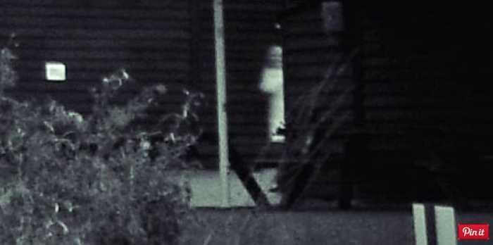 Bóng trắng bên cánh cửa và không ai biết đó là gì