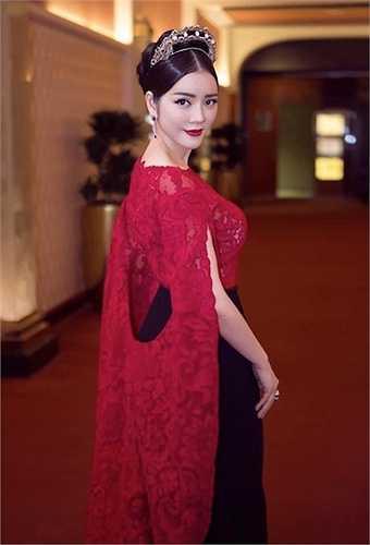 Cô diện một bộ đầm lộng lẫy thuộc dòng haute couture của thương hiệu Alexis Mabille.