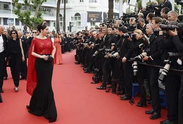 Trang phục kết hợp hai màu sắc cổ điển đen - đỏ mang đến cho cựu Đại sứ du lịch vẻ quyền quý.