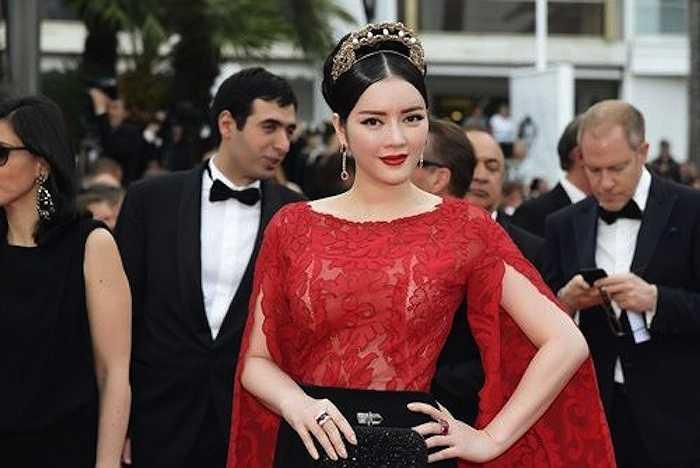 Trang phục giúp cô tiếp tục có được sự chú ý khi sải bước trên thảm đỏ LHP Cannes.