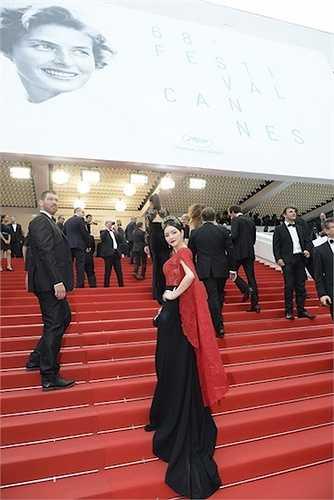 Phụ kiện băng đô cài đầu bằng ngọc trai và đá quý của nhãn hiệu Chanel, lấy cảm hứng từ băng đô của phụ nữ hoàng gia xưa.