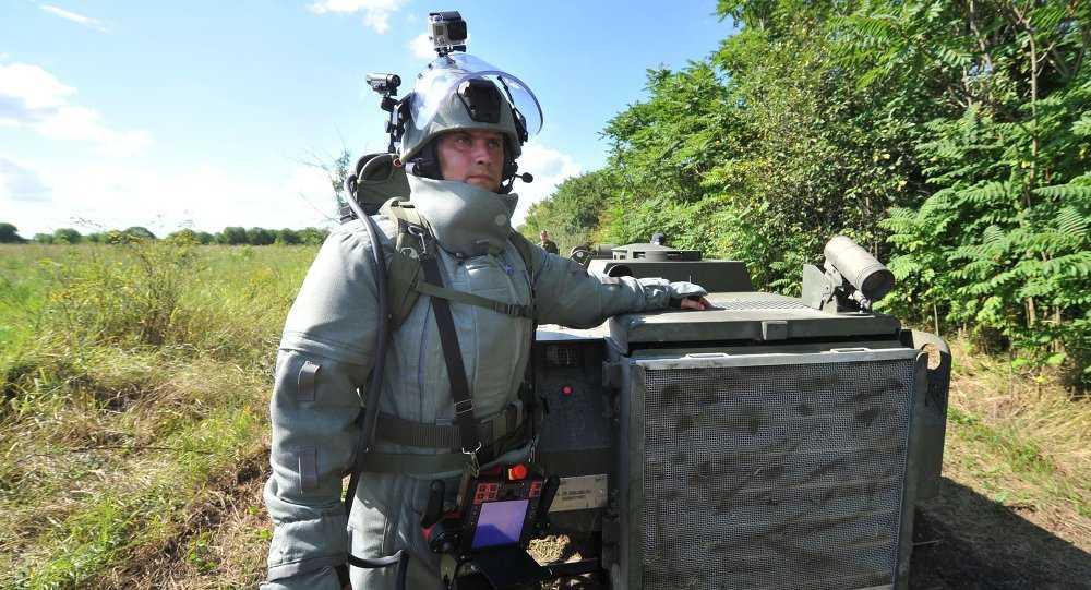 Binh sỹ Nga bên robot quân sự