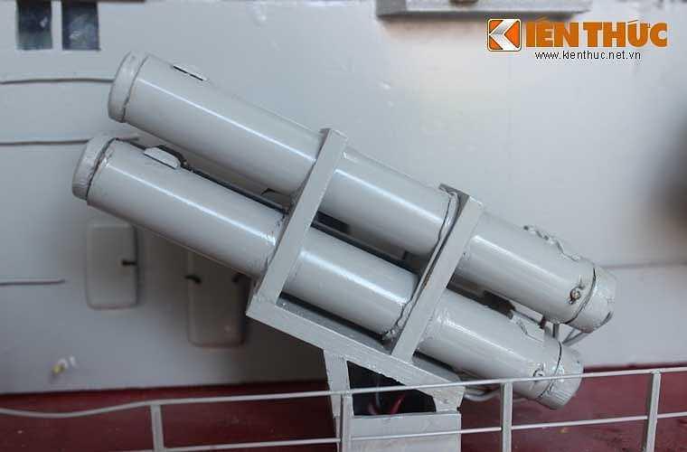 Hệ thống tên lửa chống hạm cận âm Uran-E được bố trí thành 4 module (16 ống phóng) trang bị 2 bên thân tàu, tầm bắn hiệu quả 120-150km với tốc độ lên tới 1.100km/h.
