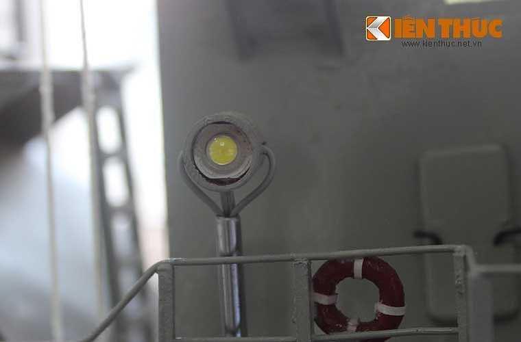 Đèn dùng phát tín hiệu giữa các tàu khi hành quân trong đội hình biên đội ở cự li gần.