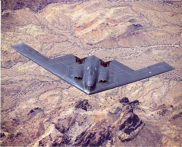 1. B2 Stealth Bomber được phát triển một cách bí mật. Công nghệ máy bay vào những năm 1970 đã lạc hậu, nhu cầu thay thế Boeing B-52 Stratofortress ngày một lên cao và Mỹ đã bí mật phát triển công nghệ tàng hình trên chiếc B2 của mình và hãng Northrop là cha đẻ của B2