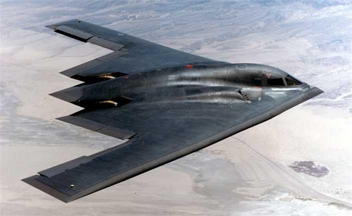 2. B2 hoàn toàn tàng hình trước các loại radar. Thật vậy, chiếc B2 được trang bị công nghệ tàng hình tối tân mà Hoa Kỳ là nước phát minh từ năm 1979. Bí mật nằm ở phần thân vỏ với những chất liệu hoàn toàn tránh được sóng radar