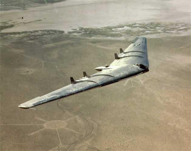 3. Nguyên mẫu của B2 là chiếc YB-49 từ những năm 1940. Mặc dù mẫu YB-49 không được sản xuất hàng loạt vì những hạn chế của nó nhưng sau nay, thiết kế cánh bay lạ mắt được sử dụng lại trên B2 Stealth Bomber