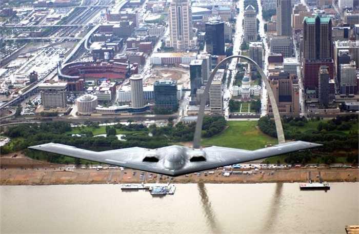 4. Giá của mỗi chiếc là 2 tỷ USD. Nguyên liệu sản xuất và dây chuyền đắt đỏ đã biến B2 Stealth Bomber thành một cỗ máy cực kỳ đắt giá. Thời Tổng thống George H. W. Bush còn nắm quyền, Mỹ sở hữu tới 20 chiếc B2