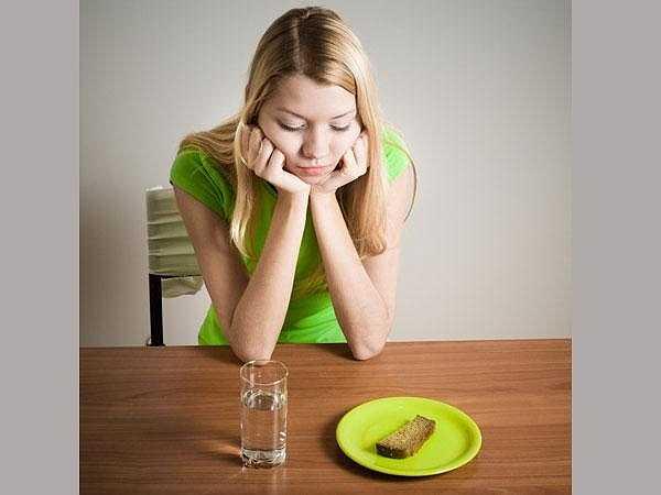 Thiếu chất dinh dưỡng: Cơ thể đòi hỏi được bổ sung đầy đủ các chất dinh dưỡng để chuyển hóa thành năng lượng, đảm bảo cho mọi hoạt động của cơ thể. Giảm cân nhanh chóng đồng nghĩa với việc bạn đang lấy đi của cơ thể mọi chất dinh dưỡng mà cơ thể cần có để duy trì.