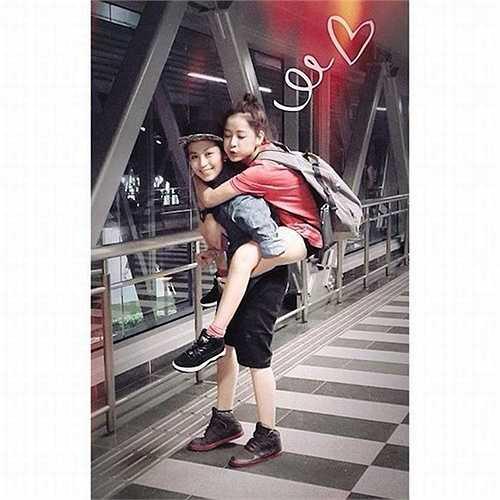 Mặc dù liên tục phủ nhận tin đồn yêu đồng giới nhưng cặp đôi Chi Pu - Gil Lê lại có rất nhiều những khoảnh khắc 'thân mật' khiến fan không thể không hoài nghi.