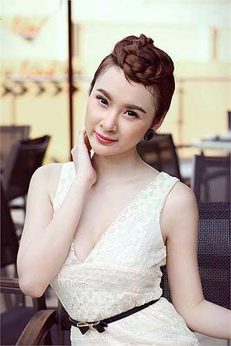 Kiểu tóc tết quấn lên đằng trước mang thương hiệu của Angela Phương Trinh