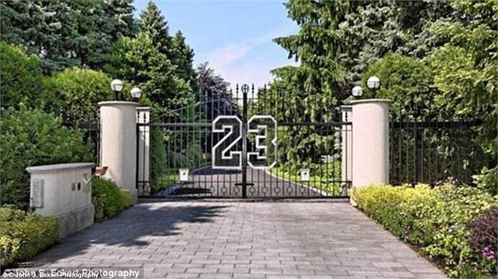 Ngôi biệt thự sang trọng có tổng diện tích 3.000 m2 và có 9 phòng ngủ, 17 phòng tắm.
