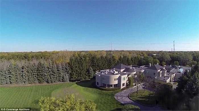 Michael Jordan trồng cây xung quanh biệt thự của mình để tạo không gian riêng tư, hoàn toàn tách biệt với bên ngoài.