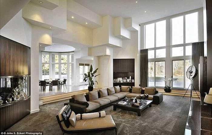 Vào năm 2013, những khách hàng tiềm năng muốn mua biệt thự này phải đặt cọc một khoản tiền là 250.000 USD để tham gia đấu thầu.