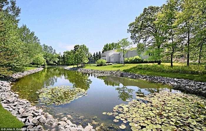 Ngôi biệt thự này tự hào khi có một hầm rượu vang, một sân golf, một hồ bơi vô cực và sân quần vợt.