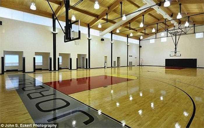 Nó còn có một phòng tập bóng rổ cá nhân cực kỳ cao cấp với mặt sàn gắn logo thương hiệu của riêng Jordan.